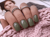 Dark green: a new favourite among winter manicure trends