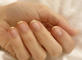 Only gold: a new manicure trend